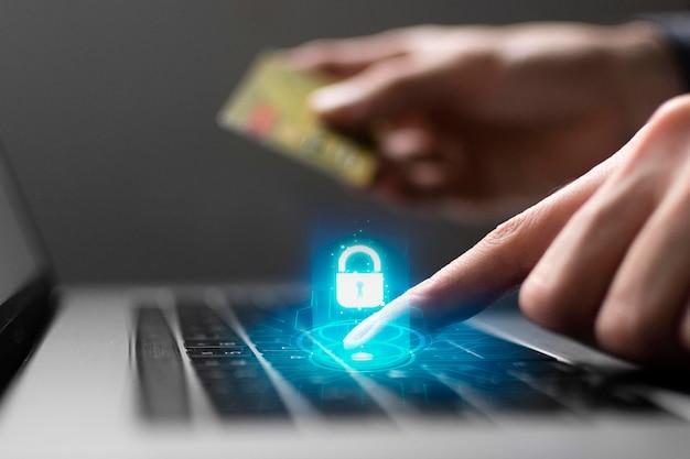 Vista lateral da pessoa usando o laptop e cartão de crédito Foto Premium