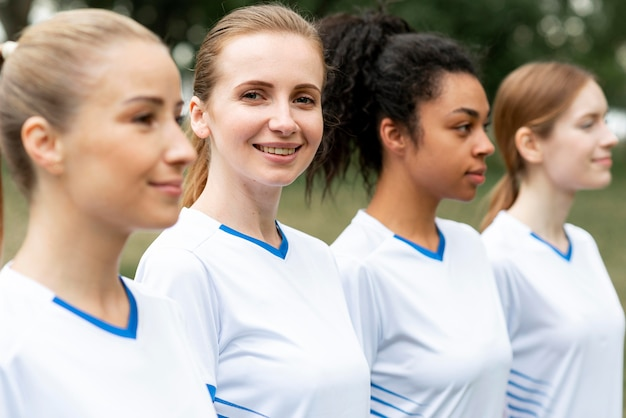Vista lateral da seleção feminina de futebol Foto gratuita