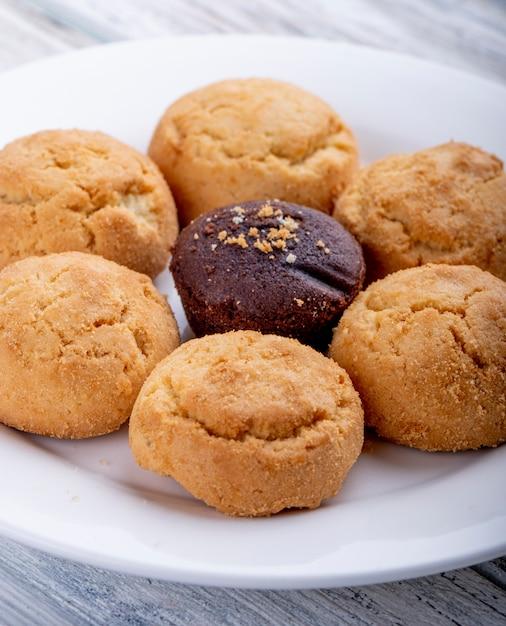Vista lateral de biscoitos em um prato branco Foto gratuita