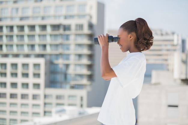 Vista lateral, de, bonito, mulher, usando, binóculos Foto Premium