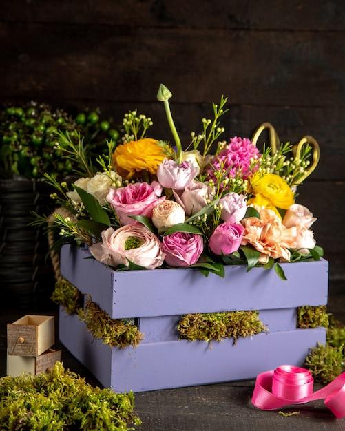Vista lateral de buquê de luz de rosas Foto gratuita