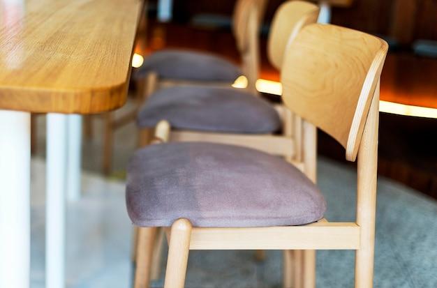 Vista lateral de cadeiras de madeira em restaurante Foto gratuita