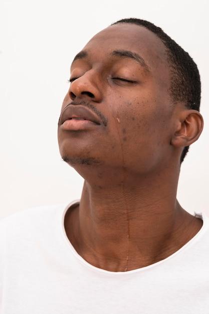 Vista lateral de homem negro chorando Foto gratuita
