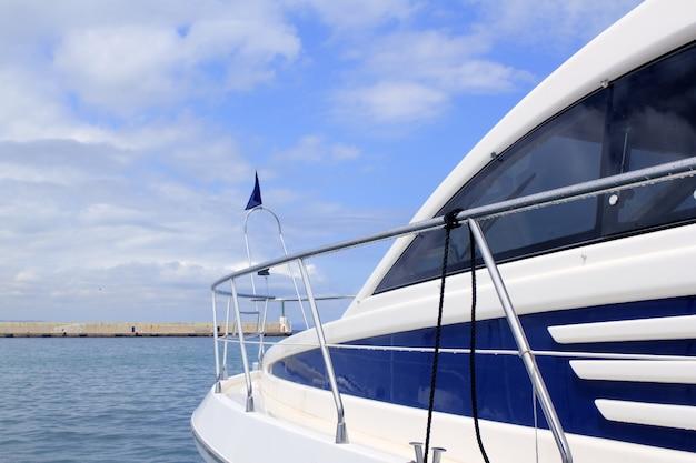 Vista lateral de iate azul porto de formentera baleares Foto Premium