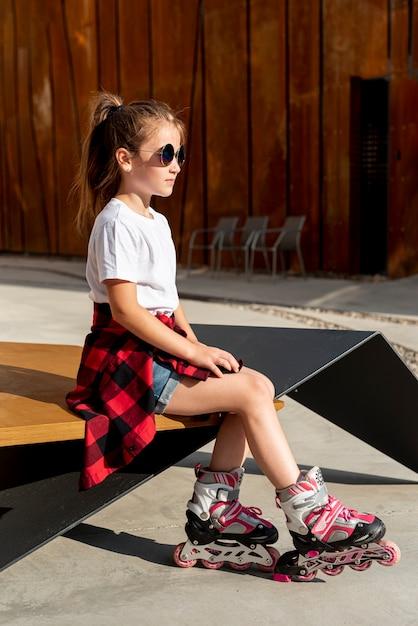 Vista lateral, de, menina, com, inline patins Foto gratuita