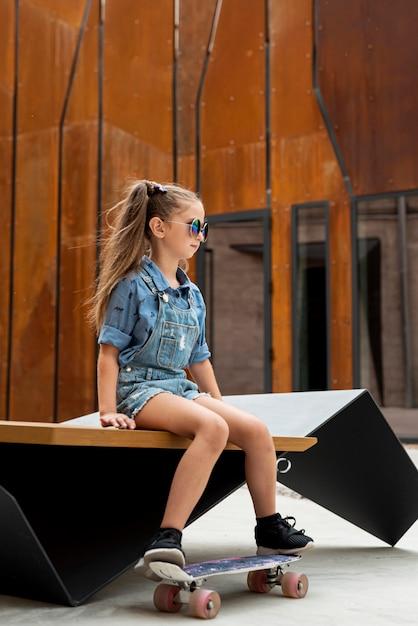 Vista lateral, de, menina, com, skateboard Foto gratuita