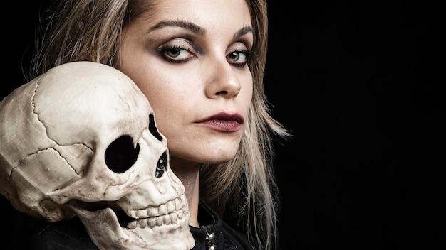 Vista lateral, de, mulher, com, cranium, ligado, ombro Foto gratuita