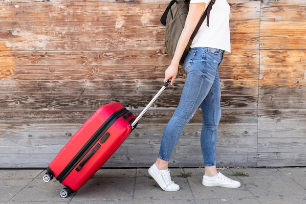 Vista lateral, de, mulher, com, dela, bagagem Foto gratuita