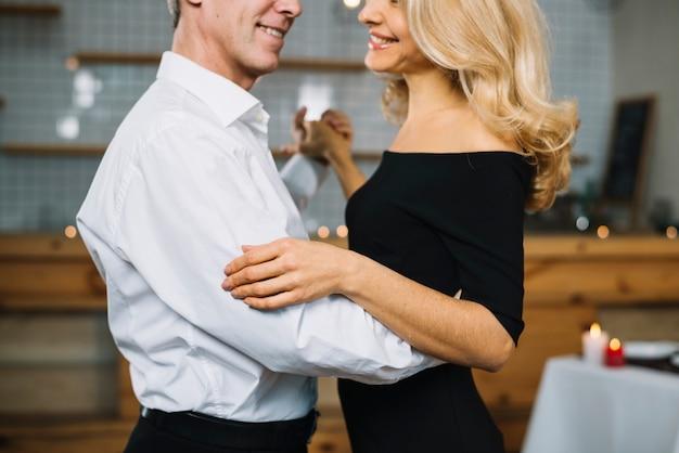 Vista lateral, de, par dançando Foto gratuita