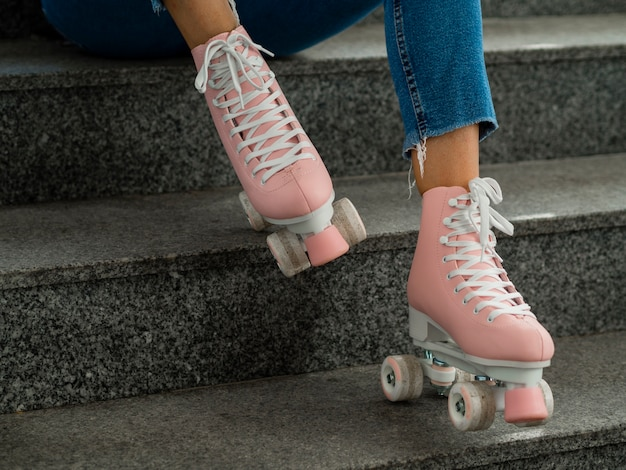 Vista lateral de patins e escadas Foto gratuita