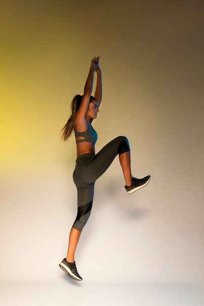 Vista lateral, de, treinamento atleta Foto gratuita