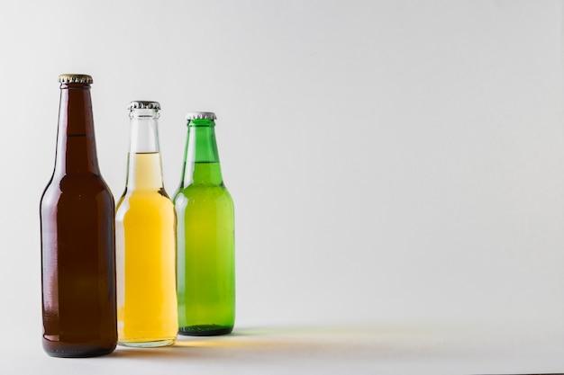 Vista lateral de três cervejas diferentes na mesa Foto gratuita
