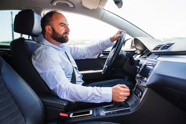 Vista lateral, de, um, homem, dirigindo carro Foto gratuita