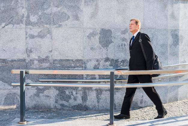 Vista lateral, de, um, homem maduro, andar, perto, trilhos Foto gratuita