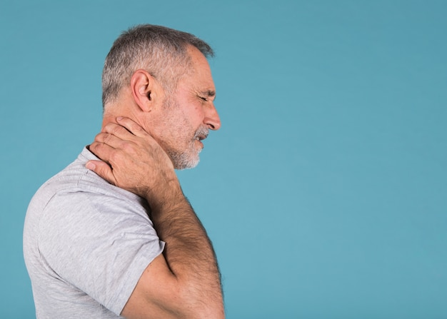 Vista lateral, de, um, homem sênior, sofrimento, de, dor pescoço Foto gratuita
