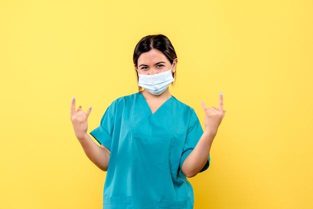 Vista lateral de um médico com máscara, um médico com máscara fala sobre como tratar pacientes com cobiça Foto gratuita