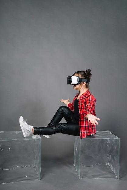 Vista lateral, de, um, menina, desgastar, virtual, realidade, óculos, shrugging Foto gratuita