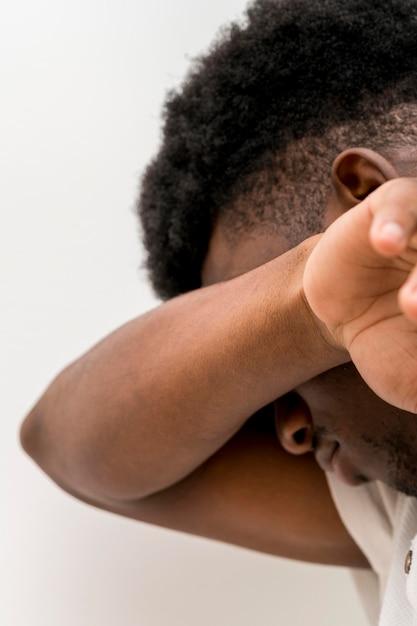 Vista lateral de um negro triste chorando Foto gratuita