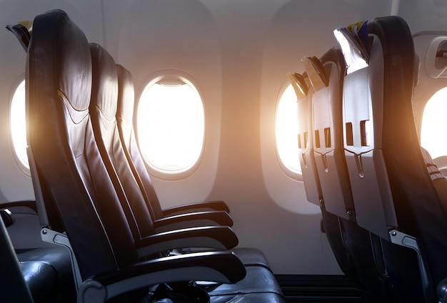 Vista lateral do assento do avião vazio no avião antes de decolar Foto Premium
