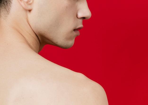 Vista lateral do homem de volta com espaço de cópia Foto gratuita