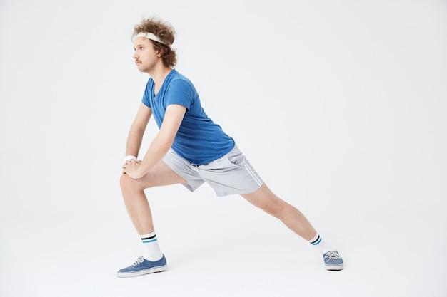 Vista lateral do homem retrô pulando para a frente, Foto gratuita