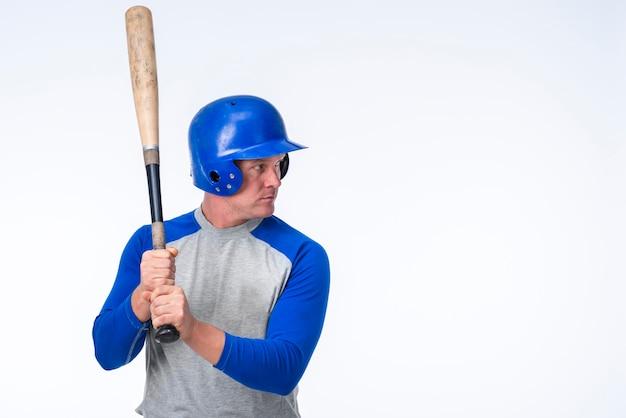Vista lateral do jogador de beisebol com espaço de cópia Foto gratuita