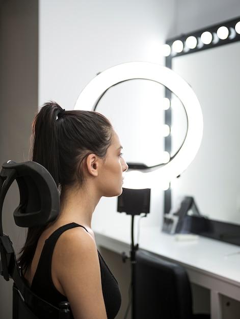 Vista lateral do modelo em estúdio Foto gratuita