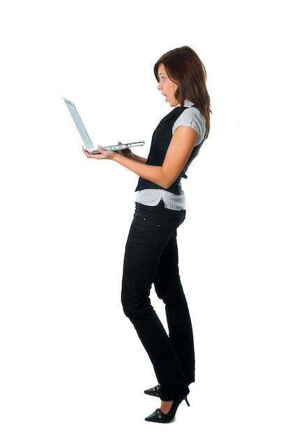 Vista lateral do trabalhador surpreso com seu laptop Foto gratuita