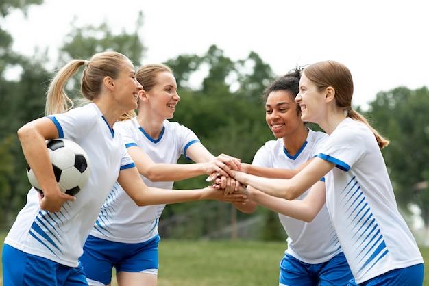 Vista lateral equipe feminina feliz Foto gratuita