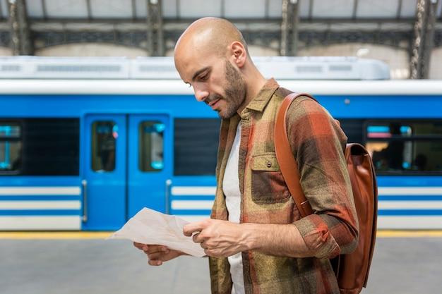Vista lateral homem consultoria mapa Foto gratuita