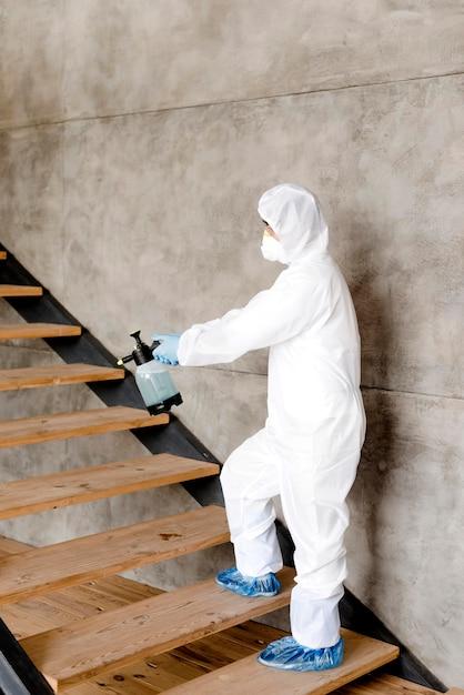Vista lateral homem desinfecção de escadas Foto gratuita