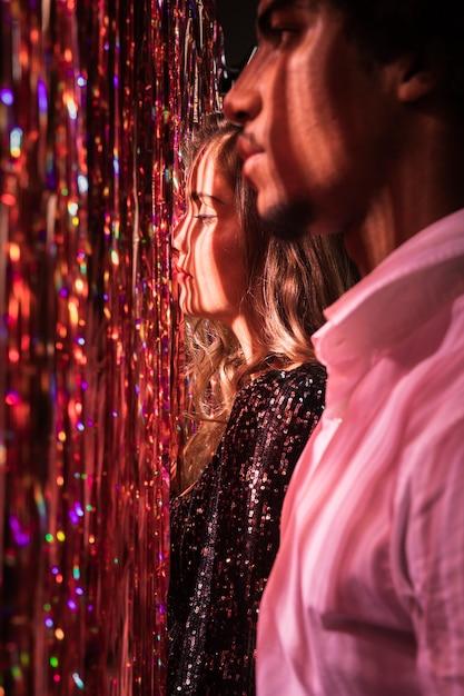 Vista lateral homem e mulher olhando para longe Foto gratuita