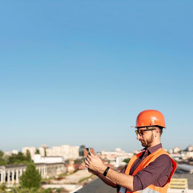 Vista lateral homem tirando uma foto Foto gratuita