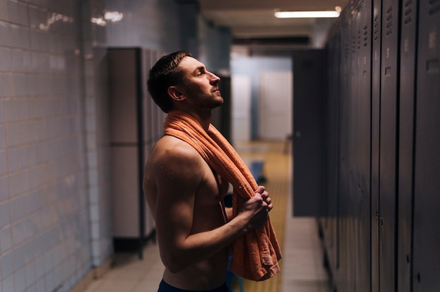 Vista lateral jovem nadador no vestiário Foto gratuita