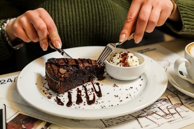 Chocolate faz com que o corpo libere o hormônio da felicidade