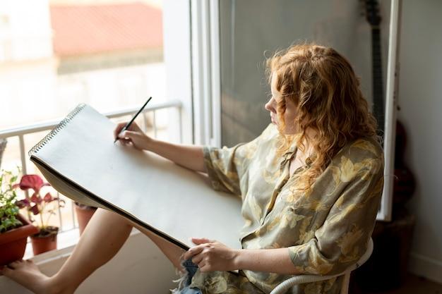Vista lateral, mulher, desenho, dentro Foto gratuita