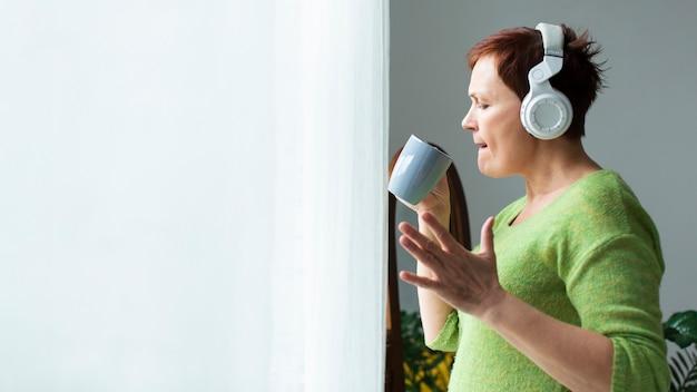 Vista lateral mulher ouvindo música Foto gratuita