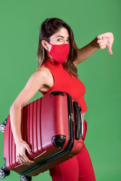 Vista lateral mulher vestindo máscara vermelha Foto gratuita