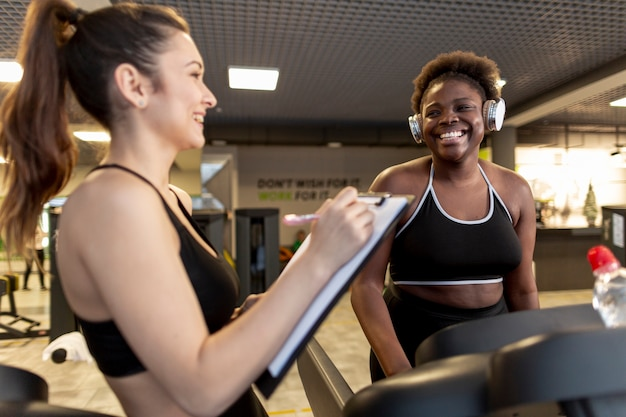 Vista lateral, mulheres jovens, em, ginásio Foto gratuita