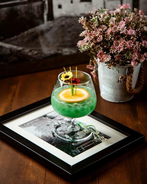 Vista lateral para cocktail de álcool Foto gratuita
