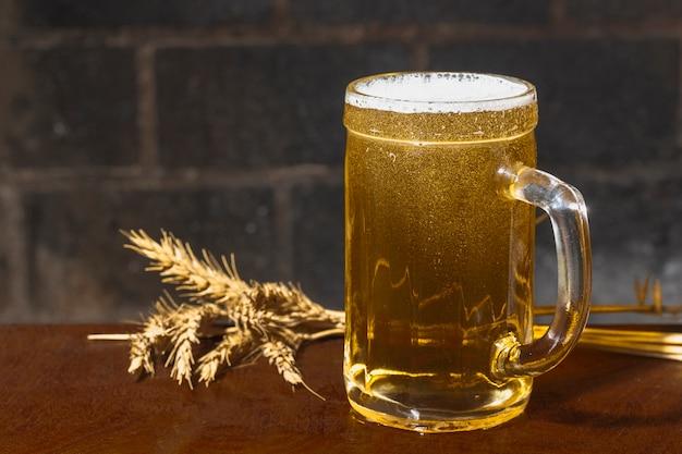 Vista lateral pint com cerveja ao lado de picos Foto gratuita
