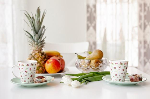 Vista lateral simples café da manhã com canecas de café Foto gratuita