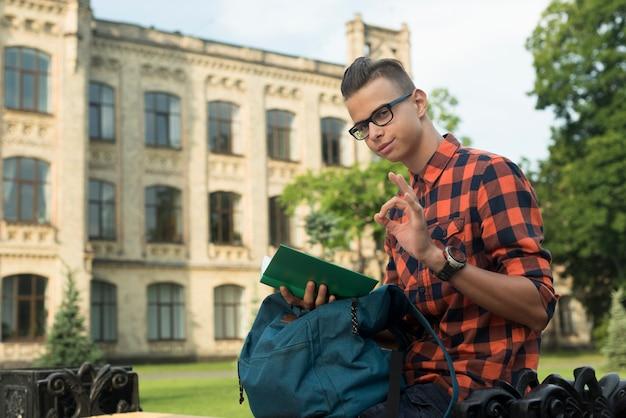 Vista lateral, tiro médio, menino adolescente, mostrando, aprovação Foto gratuita