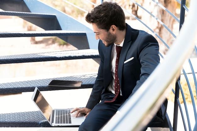 Vista lateral trabalhando advogado nas escadas Foto gratuita