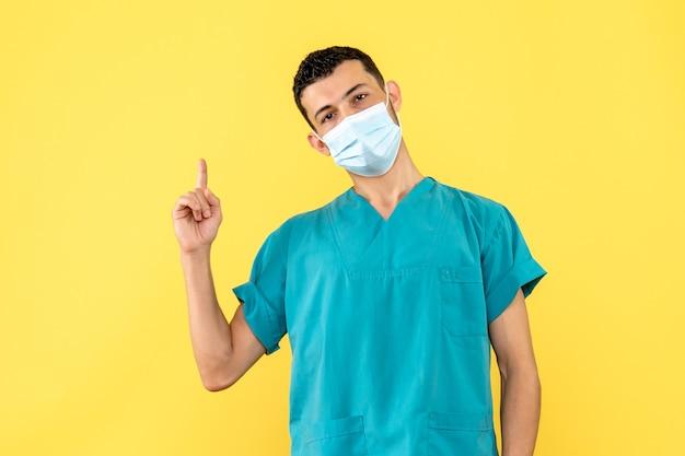Vista lateral um médico um médico de máscara fala sobre os sintomas de covid- Foto gratuita