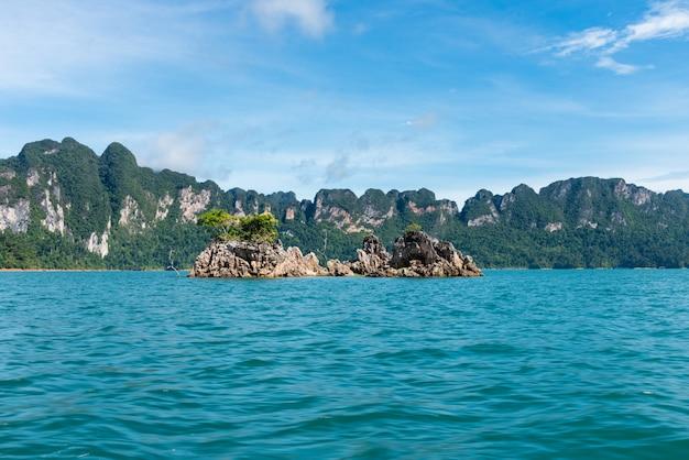 Vista na barragem de ratchadapha em surat thani Foto Premium