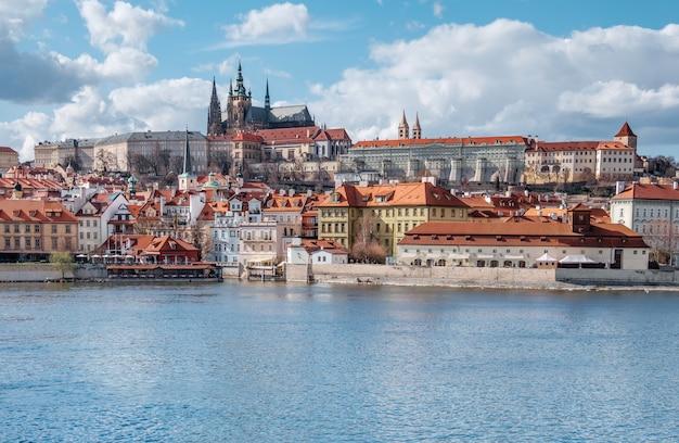 Vista na catedral de são vito e castelo de praga Foto Premium