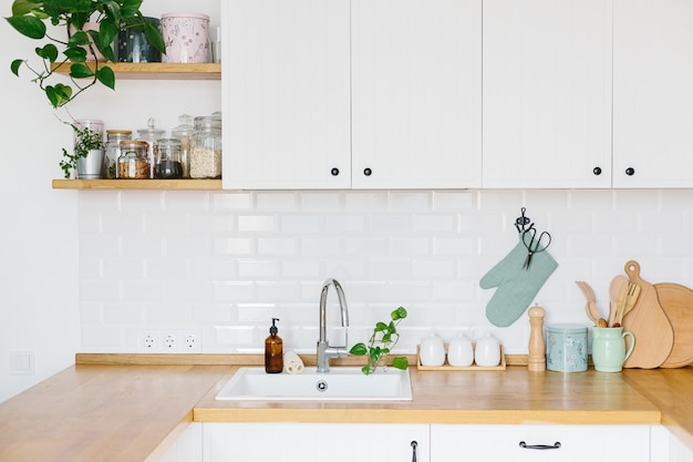 Vista na cozinha branca em estilo escandinavo Foto Premium