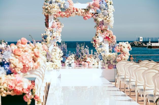Vista no arco do casamento na frente Foto gratuita