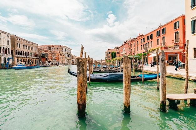 Vista no canal em veneza, itália. Foto Premium